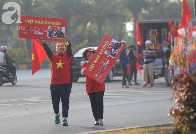 Mẹ Quang Hải cùng dàn xe máy cày diễu hành ra sân bay Nội Bài đón đội tuyển U22 Việt Nam trở về-7
