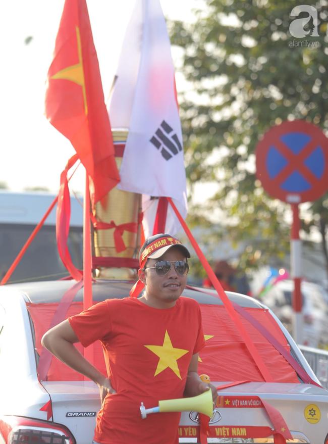 Mẹ Quang Hải cùng dàn xe máy cày diễu hành ra sân bay Nội Bài đón đội tuyển U22 Việt Nam trở về-8
