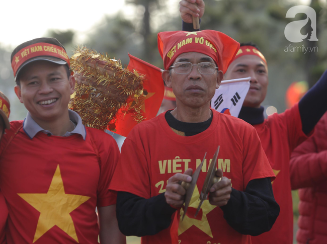 Mẹ Quang Hải cùng dàn xe máy cày diễu hành ra sân bay Nội Bài đón đội tuyển U22 Việt Nam trở về-9