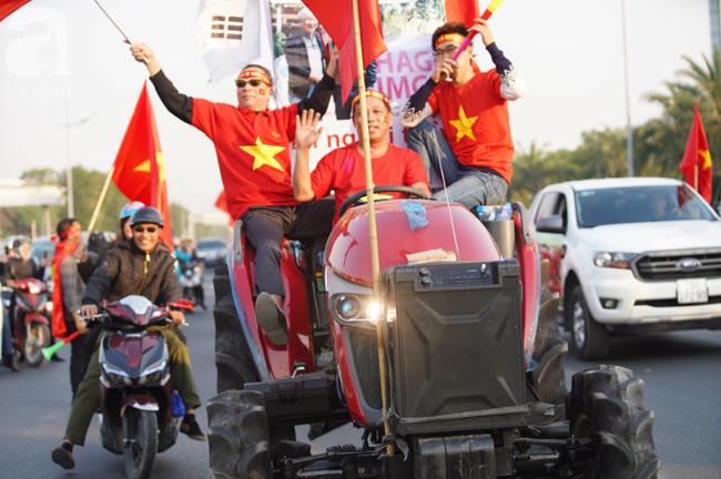 Mẹ Quang Hải cùng dàn xe máy cày diễu hành ra sân bay Nội Bài đón đội tuyển U22 Việt Nam trở về-13