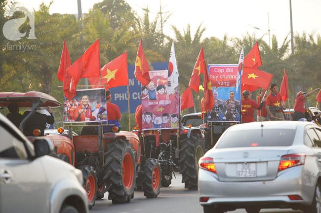 Mẹ Quang Hải cùng dàn xe máy cày diễu hành ra sân bay Nội Bài đón đội tuyển U22 Việt Nam trở về-14