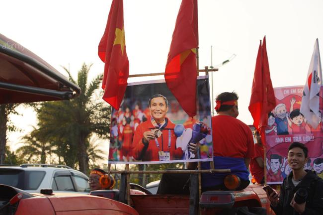 Mẹ Quang Hải cùng dàn xe máy cày diễu hành ra sân bay Nội Bài đón đội tuyển U22 Việt Nam trở về-15