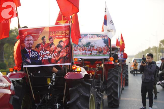 Mẹ Quang Hải cùng dàn xe máy cày diễu hành ra sân bay Nội Bài đón đội tuyển U22 Việt Nam trở về-16