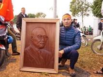 Nam thanh niên điêu khắc bức phù điêu bằng gỗ lát cao 90cm chân dung HLV Park Hang Seo lên tận sân bay chờ tặng