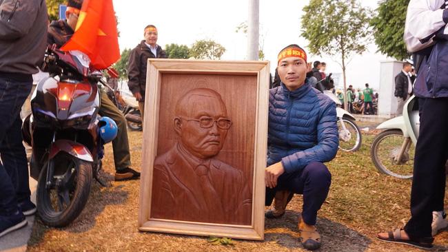 Nam thanh niên điêu khắc bức phù điêu bằng gỗ lát cao 90cm chân dung HLV Park Hang Seo lên tận sân bay chờ tặng-1