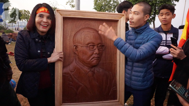 Nam thanh niên điêu khắc bức phù điêu bằng gỗ lát cao 90cm chân dung HLV Park Hang Seo lên tận sân bay chờ tặng-2