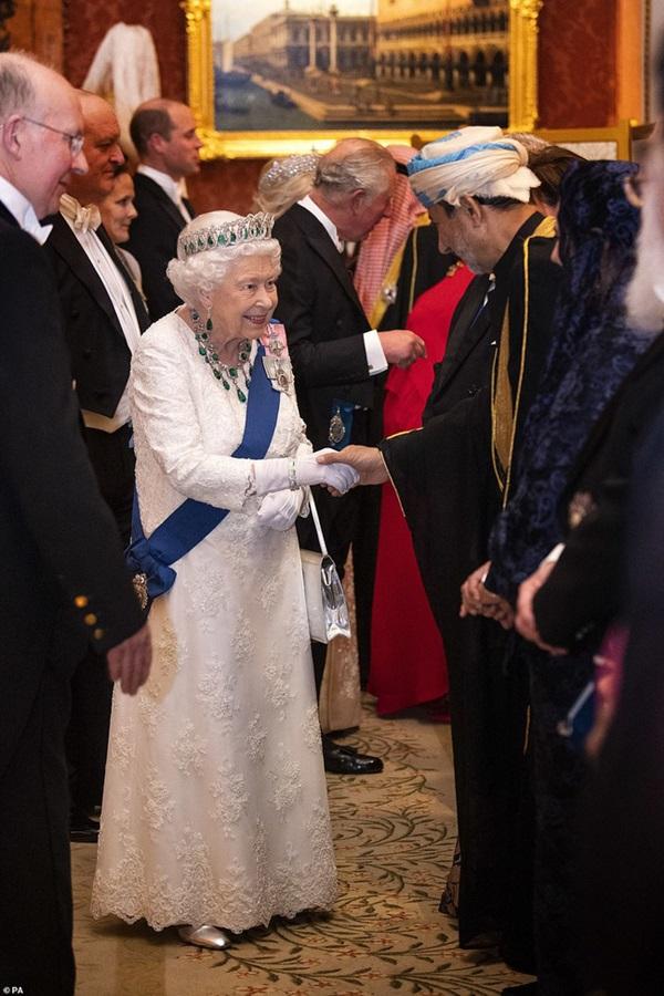 Công nương Kate chiếm hết spotlight trong bữa tiệc ngoại giao, tỏa sáng với vương miện của mẹ chồng quá cố, điều mà Meghan không có được-1