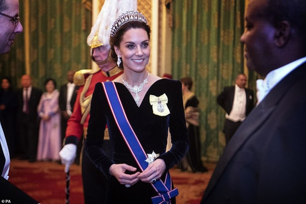 Công nương Kate chiếm hết spotlight trong bữa tiệc ngoại giao, tỏa sáng với vương miện của mẹ chồng quá cố, điều mà Meghan không có được-2