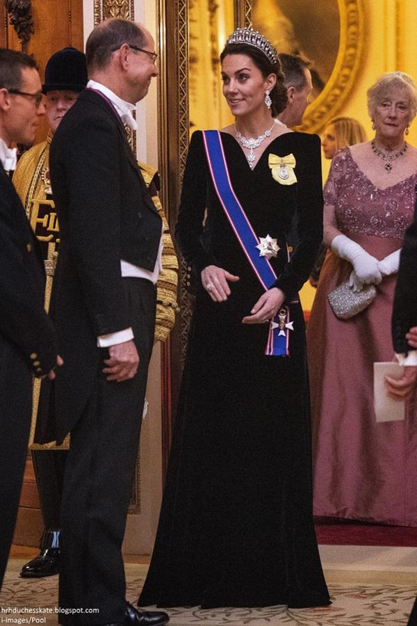 Công nương Kate chiếm hết spotlight trong bữa tiệc ngoại giao, tỏa sáng với vương miện của mẹ chồng quá cố, điều mà Meghan không có được-3