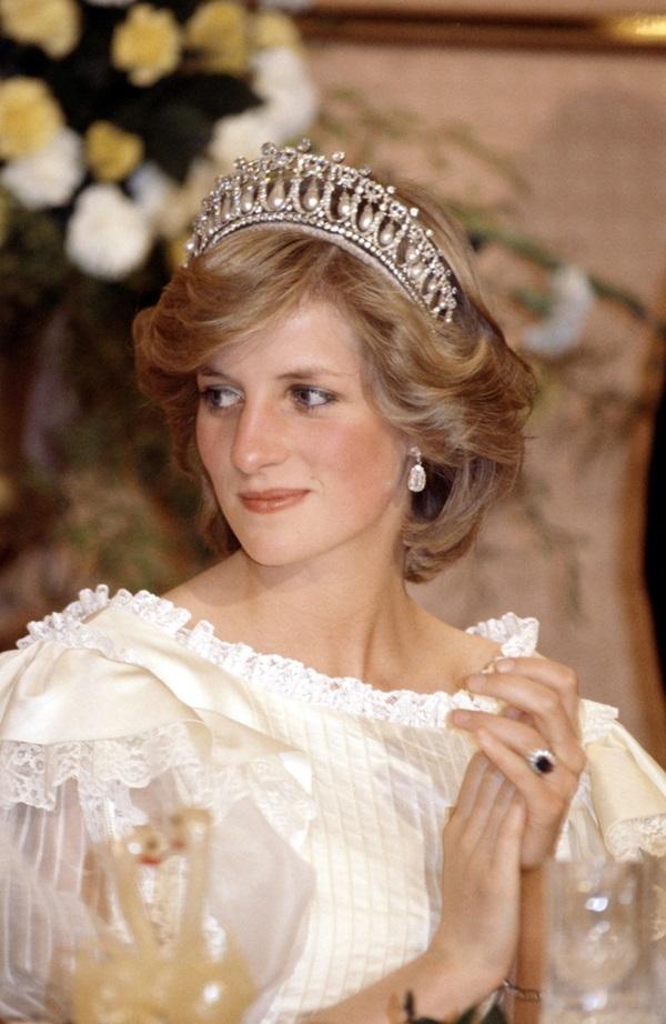 Công nương Kate chiếm hết spotlight trong bữa tiệc ngoại giao, tỏa sáng với vương miện của mẹ chồng quá cố, điều mà Meghan không có được-4