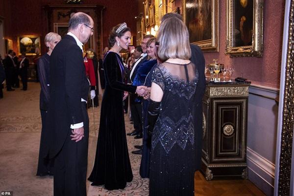 Công nương Kate chiếm hết spotlight trong bữa tiệc ngoại giao, tỏa sáng với vương miện của mẹ chồng quá cố, điều mà Meghan không có được-5