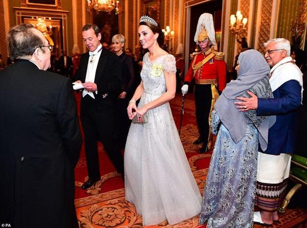 Công nương Kate chiếm hết spotlight trong bữa tiệc ngoại giao, tỏa sáng với vương miện của mẹ chồng quá cố, điều mà Meghan không có được-6
