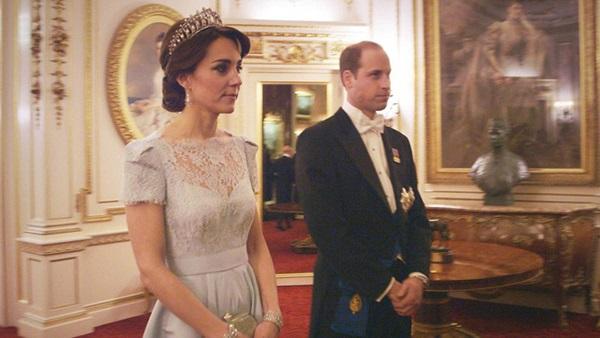 Công nương Kate chiếm hết spotlight trong bữa tiệc ngoại giao, tỏa sáng với vương miện của mẹ chồng quá cố, điều mà Meghan không có được-7