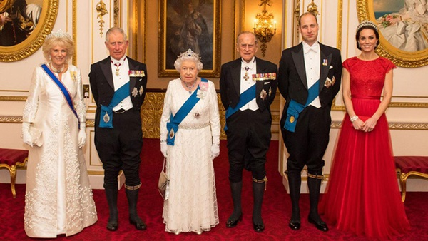 Công nương Kate chiếm hết spotlight trong bữa tiệc ngoại giao, tỏa sáng với vương miện của mẹ chồng quá cố, điều mà Meghan không có được-8