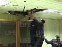 Sau khi sát hại chị gái, kẻ giết người tìm cách tẩu thoát qua trần nhà của tòa án nhưng nhận về cái kết