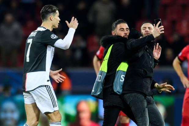 Ronaldo lần đầu nổi điên vì bị fan hâm mộ dúi đầu đòi chụp ảnh, nhưng xem kỹ mới thấy thủ phạm là nhân vật khác-1