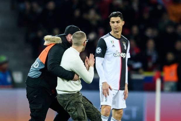 Ronaldo lần đầu nổi điên vì bị fan hâm mộ dúi đầu đòi chụp ảnh, nhưng xem kỹ mới thấy thủ phạm là nhân vật khác-3