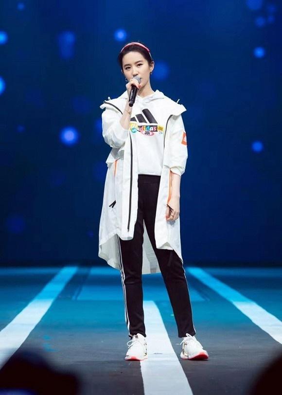 Thoát hình ảnh Thần tiên tỷ tỷ, Lưu Diệc Phi tạo dáng cực cá tính với style thời trang năng động-3