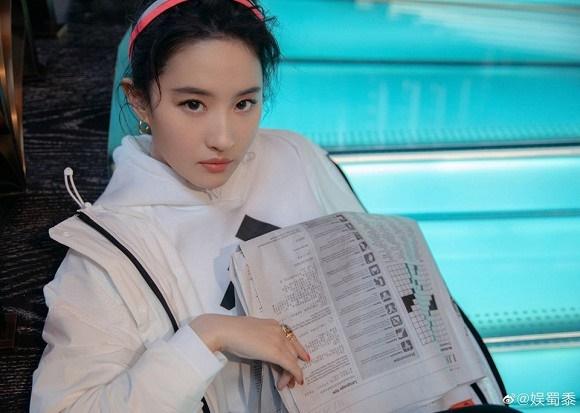 Thoát hình ảnh Thần tiên tỷ tỷ, Lưu Diệc Phi tạo dáng cực cá tính với style thời trang năng động-4