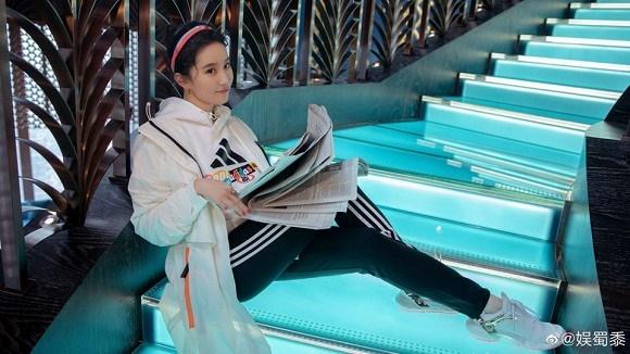 Thoát hình ảnh Thần tiên tỷ tỷ, Lưu Diệc Phi tạo dáng cực cá tính với style thời trang năng động-5