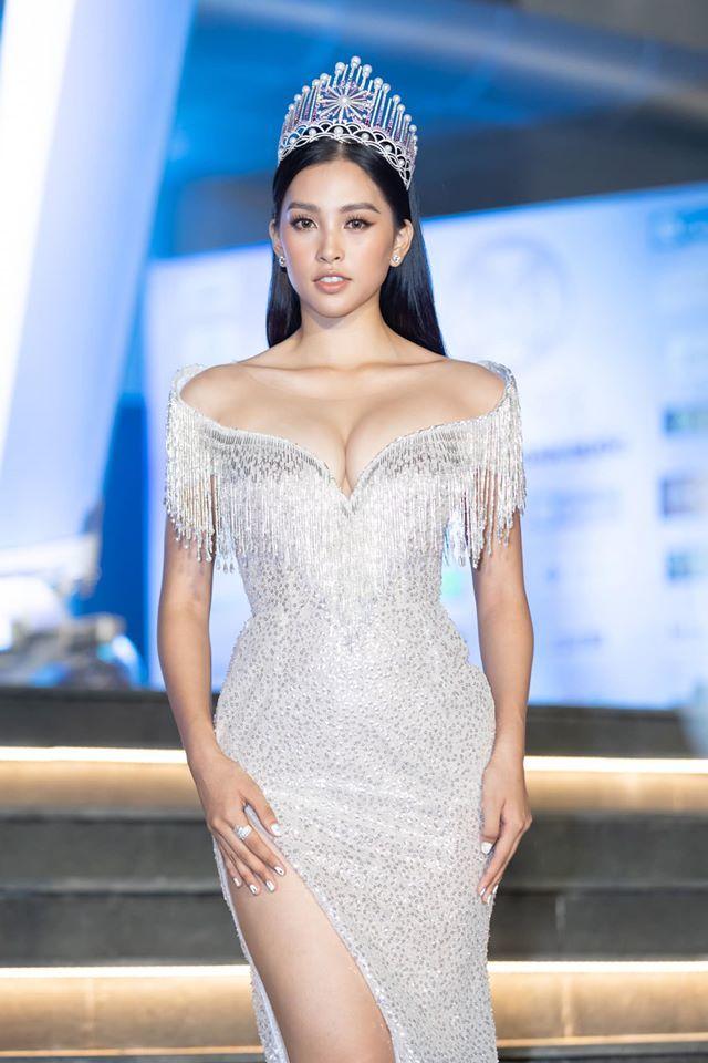 Những lần khoe eo thon, lưng cong ngực đầy của Hoa hậu Tiểu Vy-1