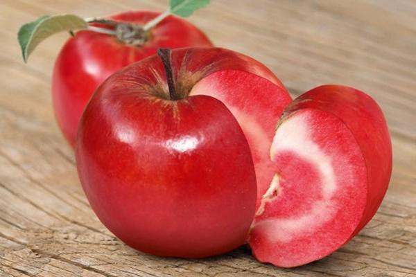 Chị em phấn khích với giống táo vỏ đỏ, ruột cũng đỏ mà lại không phải là quả biến đổi gen-4