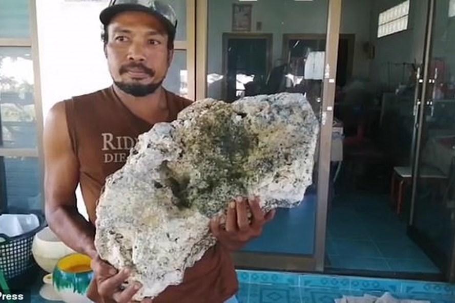 Nhặt rác vô tình vớ được tảng đá trị giá 15 tỷ đồng-1