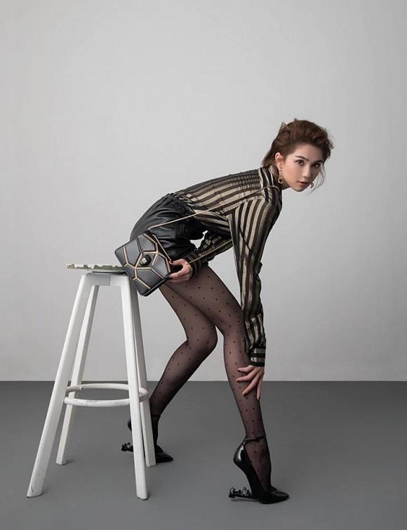 Stylist tung bộ ảnh gồm 80 kiểu pose đau lưng, mỏi gối, tê chân, nhức đầu... của Ngọc Trinh-3