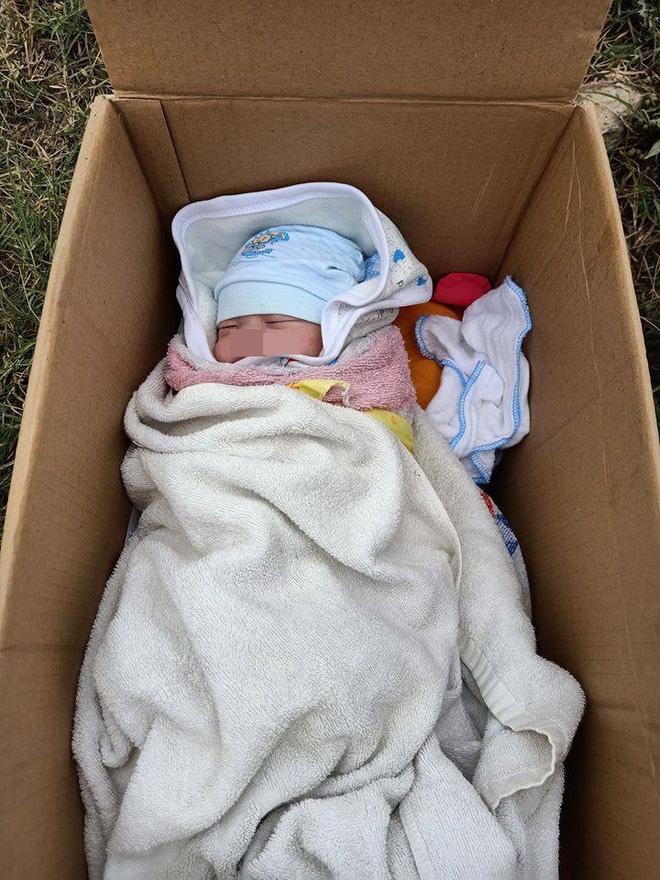Em bé bị bỏ rơi trong thùng carton ven đường, tờ giấy người mẹ để lại gây bức xúc-1