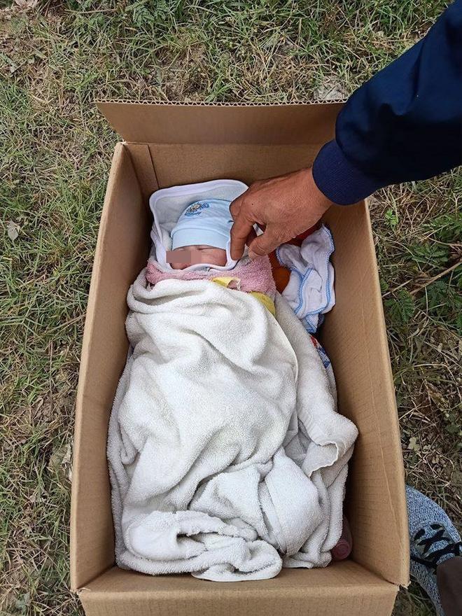 Em bé bị bỏ rơi trong thùng carton ven đường, tờ giấy người mẹ để lại gây bức xúc-2