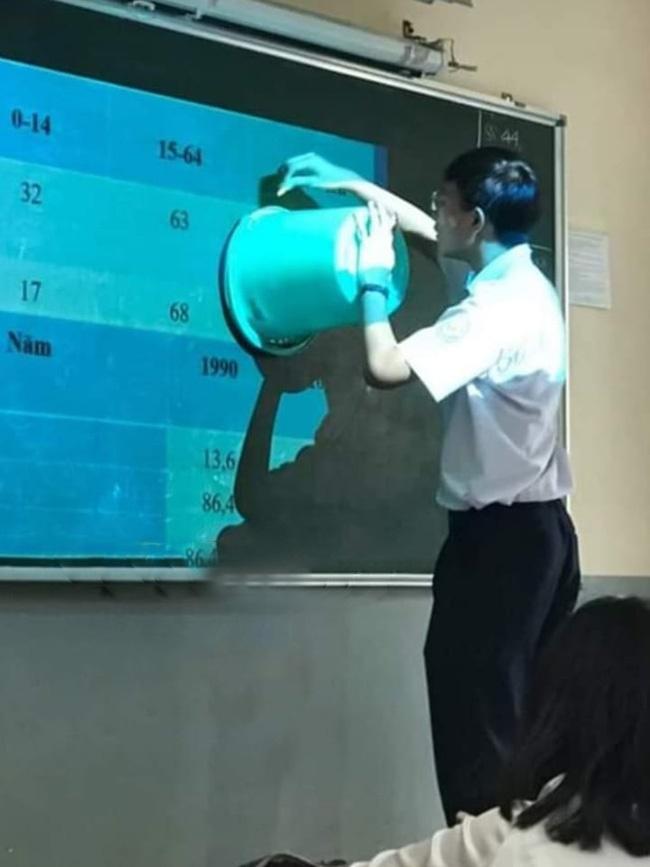 Đang học biểu đồ mà không có compa vẽ hình tròn, thầy giáo Địa nhanh trí dùng 1 vật dụng khó đỡ khiến cả lớp thi nhau chụp ảnh-1