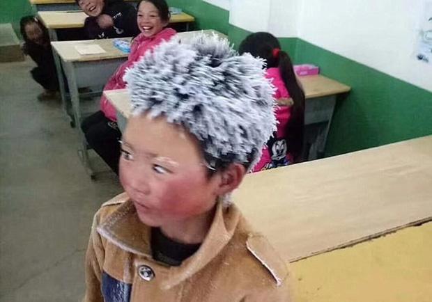 Cậu bé đi bộ 4,5 km đến trường dưới trời đông -8°C khiến đầu đóng băng ngày ấy: Gia cảnh giờ đã khác nhưng lại gây tranh cãi-2
