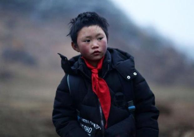 Cậu bé đi bộ 4,5 km đến trường dưới trời đông -8°C khiến đầu đóng băng ngày ấy: Gia cảnh giờ đã khác nhưng lại gây tranh cãi-3