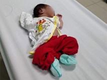 Thương tâm bé sơ sinh 2 ngày tuổi nghi bị mẹ trẻ bỏ xuống hố phân sâu 2 mét