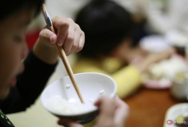 Câu chuyện về đứa trẻ kỳ dị, đến nhà người lạ ăn uống nghỉ ngơi không muốn về và thực trạng đáng sợ của xã hội Nhật Bản nuôi con kiểu tự lập-1
