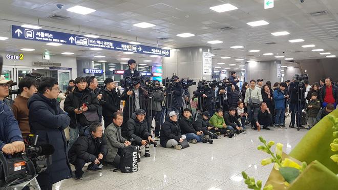 Báo chí Hàn Quốc đứng chật ở sân bay, săn đón U22 Việt Nam và HLV Park Hang-seo-2