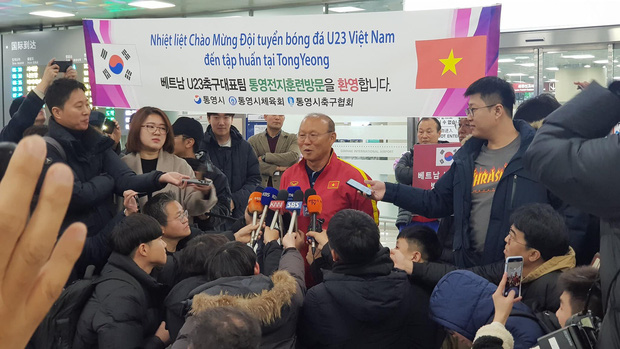Báo chí Hàn Quốc đứng chật ở sân bay, săn đón U22 Việt Nam và HLV Park Hang-seo-1