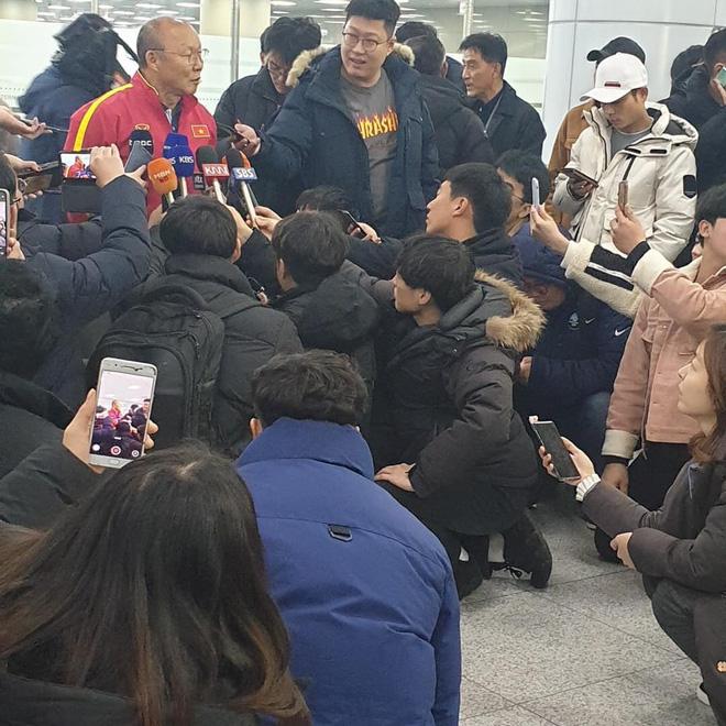 Báo chí Hàn Quốc đứng chật ở sân bay, săn đón U22 Việt Nam và HLV Park Hang-seo-4