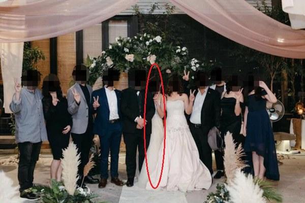 Đến dự hôn lễ của con gái, bà mẹ diện luôn váy cưới khiến dân mạng phẫn nộ, hoang mang không biết đâu là cô dâu-1