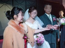 Ngày cưới, bố vợ đại gia chỉ tặng con gái đôi nhẫn cỏ khiến cả hội hôn xì xào bàn tán song câu nói của ông với chàng rể lại làm mọi người nghẹn ngào xúc động