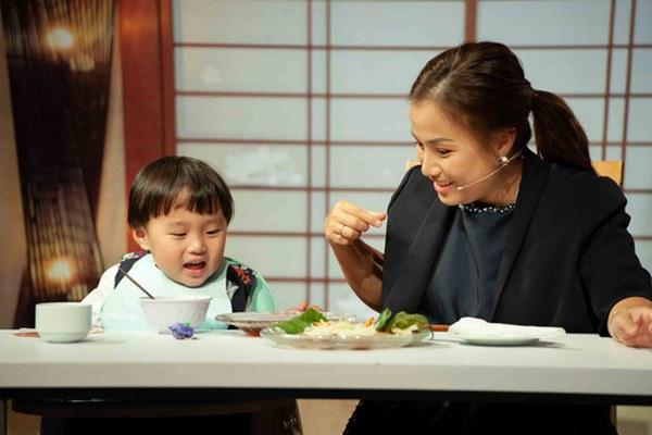 Quỳnh Trần JP réo tên Trấn Thành ngay trong lần đầu ăn thử đuông dừa trên truyền hình, loạt biểu cảm của bé Sa trước món này khiến fan cười ngất-1