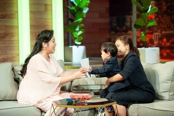 Quỳnh Trần JP réo tên Trấn Thành ngay trong lần đầu ăn thử đuông dừa trên truyền hình, loạt biểu cảm của bé Sa trước món này khiến fan cười ngất-2