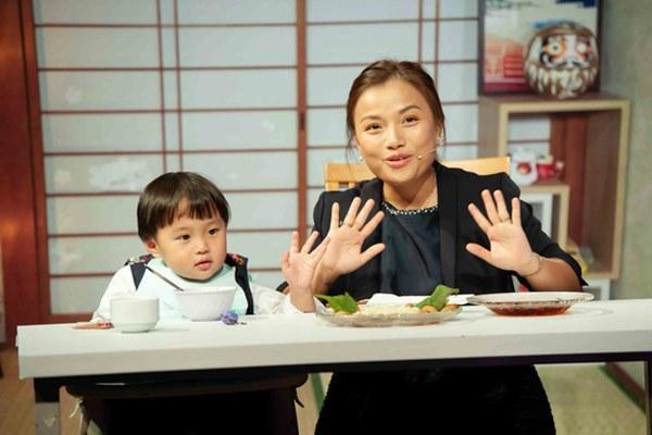 Quỳnh Trần JP réo tên Trấn Thành ngay trong lần đầu ăn thử đuông dừa trên truyền hình, loạt biểu cảm của bé Sa trước món này khiến fan cười ngất-3