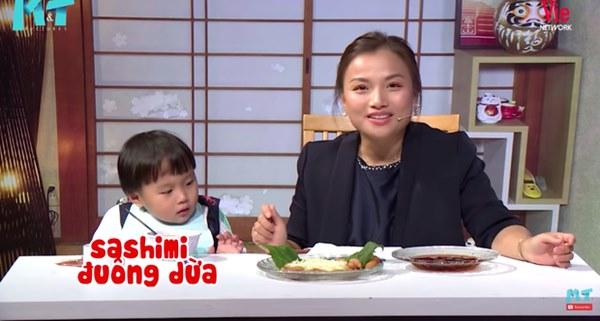 Quỳnh Trần JP réo tên Trấn Thành ngay trong lần đầu ăn thử đuông dừa trên truyền hình, loạt biểu cảm của bé Sa trước món này khiến fan cười ngất-4
