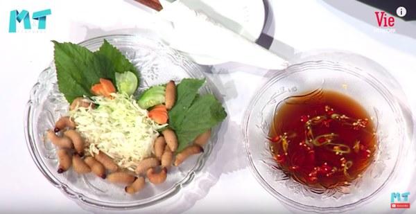 Quỳnh Trần JP réo tên Trấn Thành ngay trong lần đầu ăn thử đuông dừa trên truyền hình, loạt biểu cảm của bé Sa trước món này khiến fan cười ngất-5