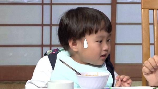 Quỳnh Trần JP réo tên Trấn Thành ngay trong lần đầu ăn thử đuông dừa trên truyền hình, loạt biểu cảm của bé Sa trước món này khiến fan cười ngất-9