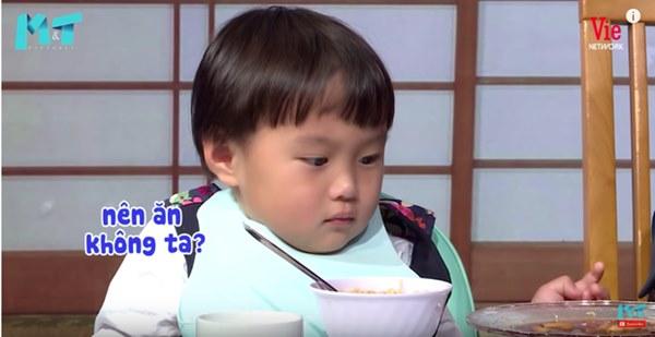 Quỳnh Trần JP réo tên Trấn Thành ngay trong lần đầu ăn thử đuông dừa trên truyền hình, loạt biểu cảm của bé Sa trước món này khiến fan cười ngất-12