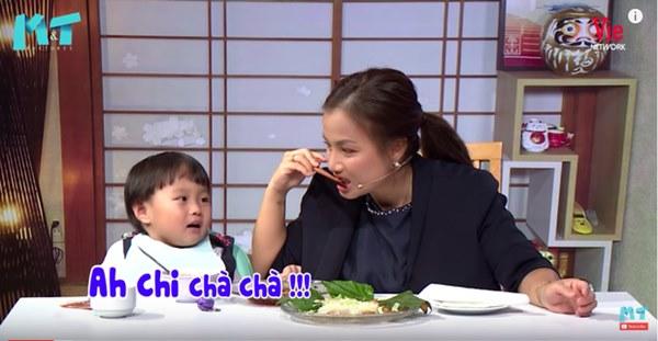 Quỳnh Trần JP réo tên Trấn Thành ngay trong lần đầu ăn thử đuông dừa trên truyền hình, loạt biểu cảm của bé Sa trước món này khiến fan cười ngất-13