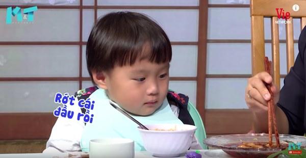 Quỳnh Trần JP réo tên Trấn Thành ngay trong lần đầu ăn thử đuông dừa trên truyền hình, loạt biểu cảm của bé Sa trước món này khiến fan cười ngất-14