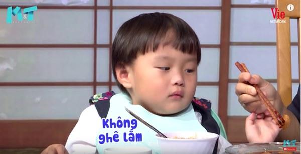 Quỳnh Trần JP réo tên Trấn Thành ngay trong lần đầu ăn thử đuông dừa trên truyền hình, loạt biểu cảm của bé Sa trước món này khiến fan cười ngất-15